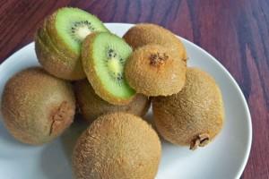 kiwi, sliced kiwi, healing foods, healthy recipes, kiwi on plate