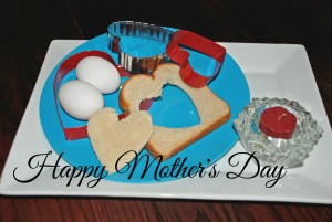 mothers day brunch ideas, breakfast recipes, mothers day, heart shaped egg in toast