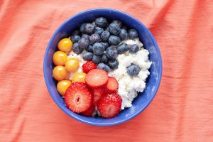 Cottage cheese in bowl with berries - Pixabay